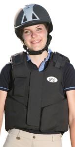 Die Airbag Weste von USG schützt Reiter bei Reitunfällen. Das Mädchen auf dem Bild trägt die USG Equiairbag Weste.
