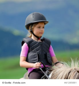 Für Kinder gibt es passende Reitwesten mit Schutzfunktion